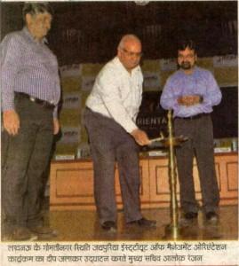 Lucknow ke Gomti Nager isthti Jaipuria Institute of Management Orientation Karyakram ka Deep Jalakar Udhghatan Karte Mukhy Sachiv Alok Ranjan
